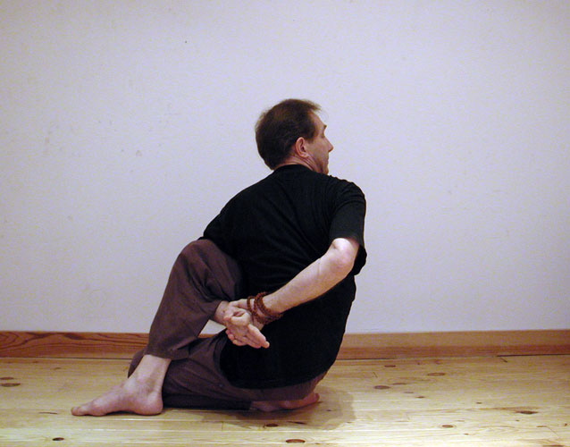 Posture de Matsyendrasana. Des centaines de photos, de videos, d'articles sur le site www.natha-yoga.com - 2011